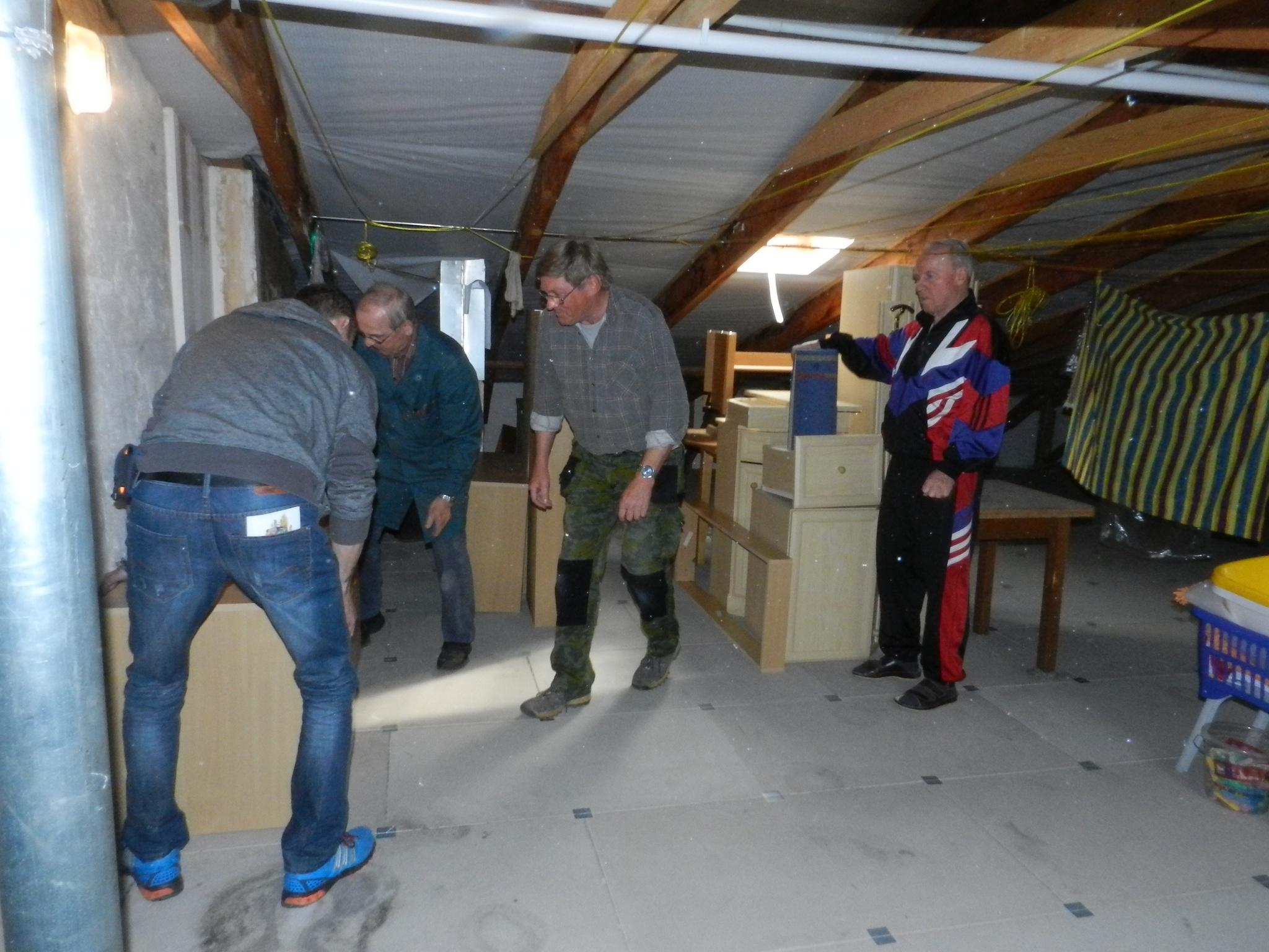 Umzug ins Pflegeheim. die Möbel werden im Dachboden zwischengelagert. Starke Männer helfen.