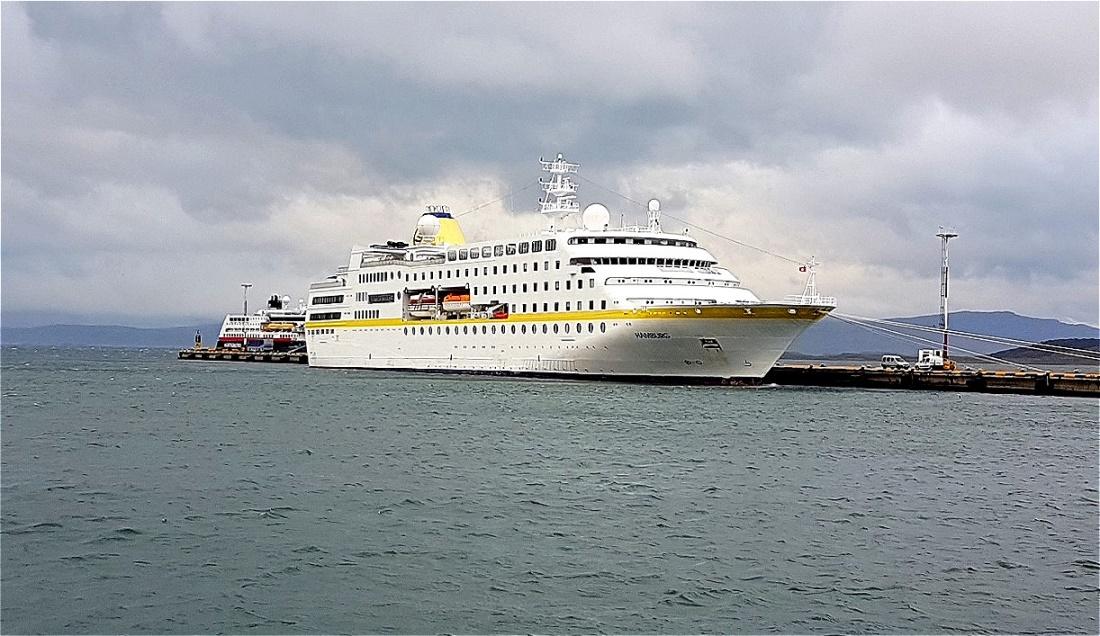 Unser Expeditionsschiff-MS Hamburg wartet an der Pier