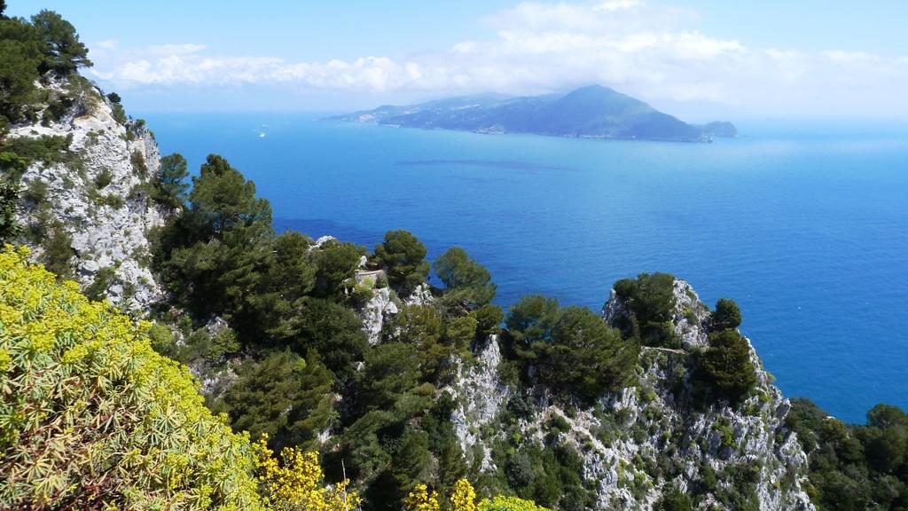 Herrlicher Ausblick auf das Festland mit der Spitze der Halbinsel von Sorrent