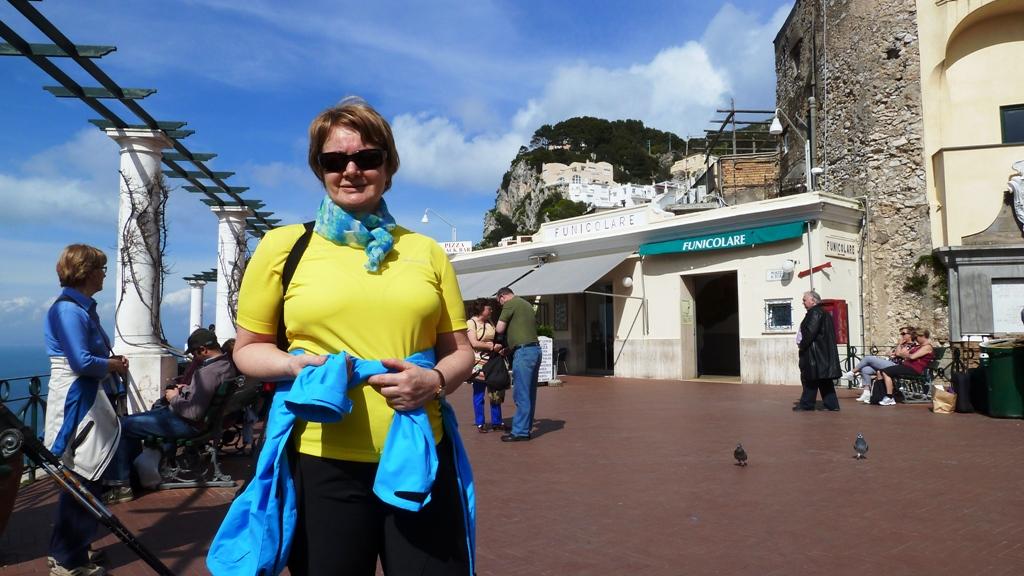 Vor der Bergstation der Standseilbahn Eine Standseilbahn verbindet Marina Grande (= Hafen) mit der Stadt Capri