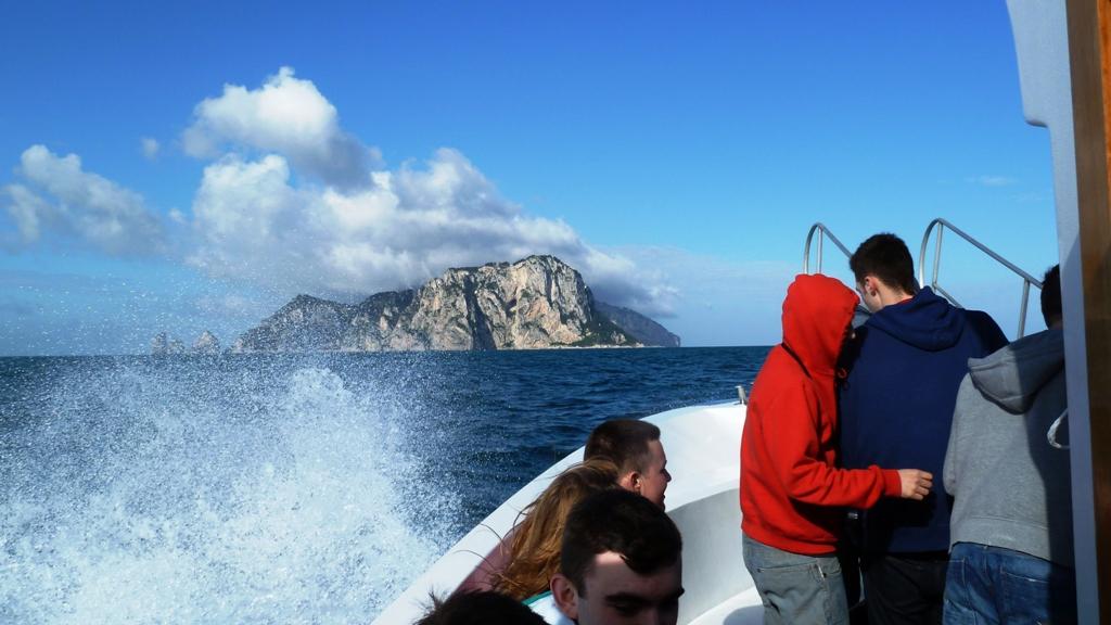 Kurs auf die Insel Capri Die Insel liegt nur rund fünf Kilometer vom Festland entfernt und gehört zur Provinz Neapel