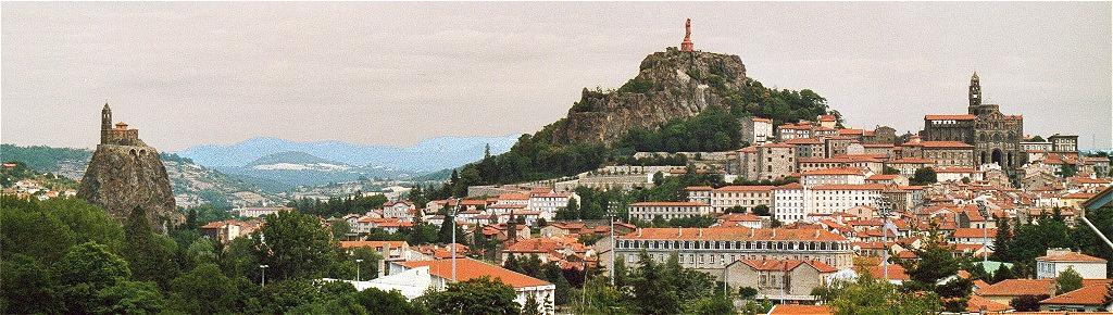 Le Puy en Velay. Blickfang der Stadt sind die beiden Basaltspitzen (Puys) aus kegelförmig erstarrter Lava