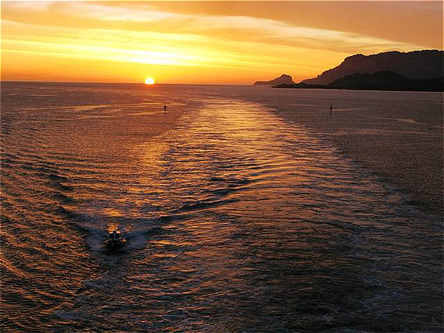 Die Sonne steigt aus aus dem Meer !
