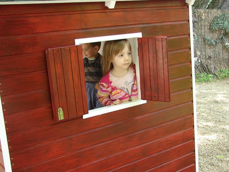 Fetiță la fereastra căsuței Heidi