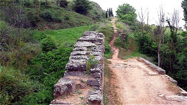 Der Weg führt über die noch erhaltene römische Brücke