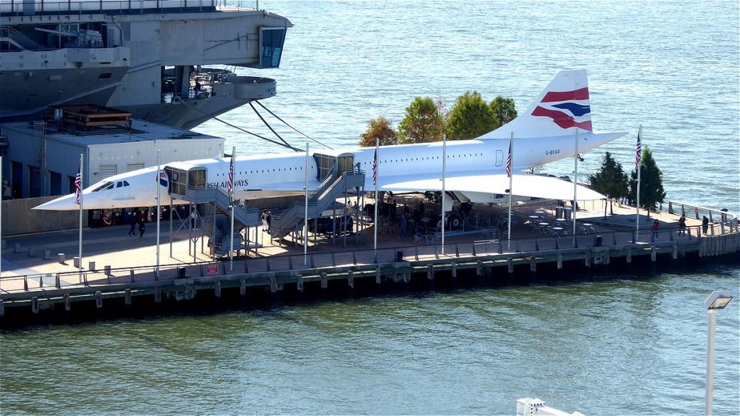 """Im Hafenfreilichtmuseum hat eine """"Concord"""" ihren Platz neben einem Flugzeugträger gefunden"""