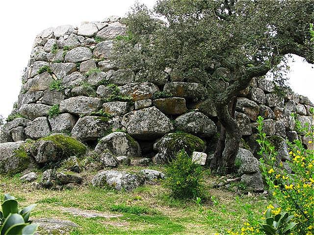 """Bereits die ab Mitte des 3. Jahrhunderts v. Chr. auf der Insel herrschenden Römer gebrauchten den Terminus """"Nuraghe"""".  Der Wortstamm """"NUR"""" könnte """"Haufen"""" oder """"Höhle"""" bedeuten"""