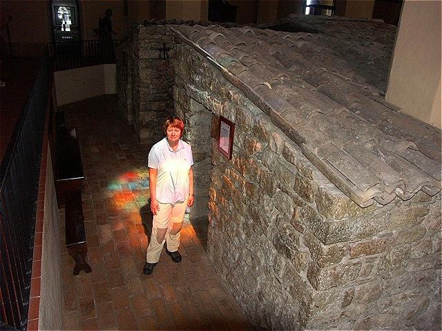 In der Kirche brfindet sich die einfachen Steinhäuser aus den die Anfängen der franziskanischen Bruderschaft