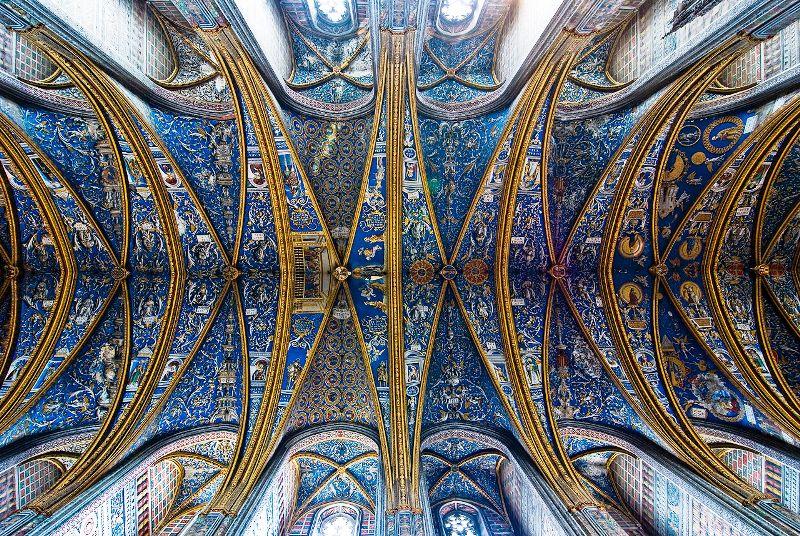 Das kunstvoll gestaltete Deckengewölbe