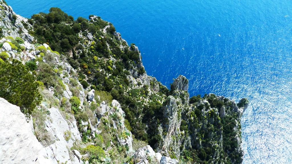 Schroffer Fels - tiefblaues Meer