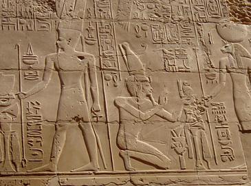 MYTHOLOGIE: le pharaon Séthi premier est agenouillé entre Amon-Rê et Ouret-Hekaou