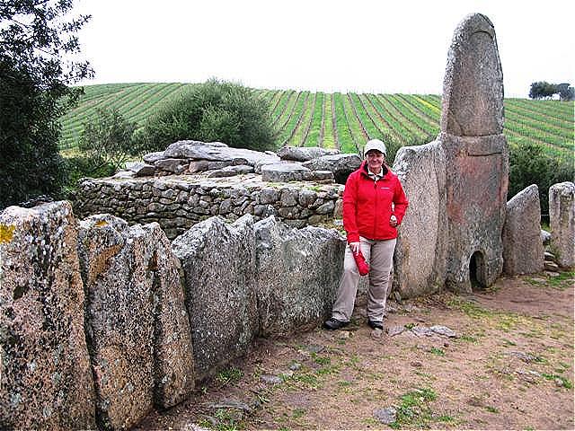 Vor den Überresten der einstigen Stelen