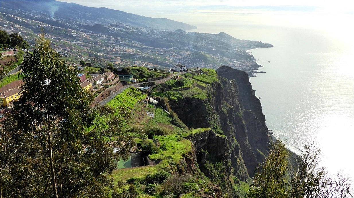 """Blick vom """"Cabo Girao"""" zurück auf """"Camera de Lobos"""""""