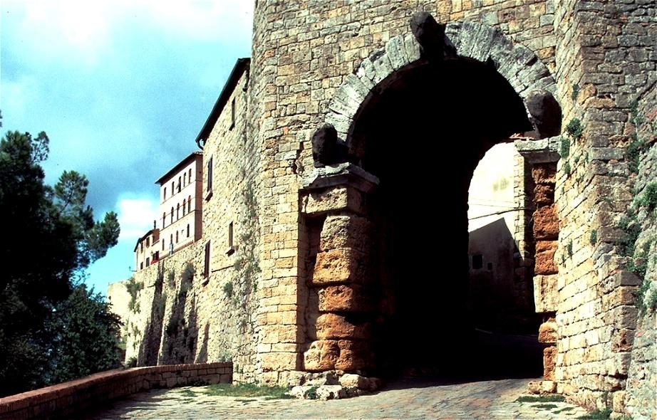 Von der etruskischen Stadtmauer ist nur noch die Porta all'Arco gut erhalten. Es stammt aus dem 4. Jahrhundert v. Chr.