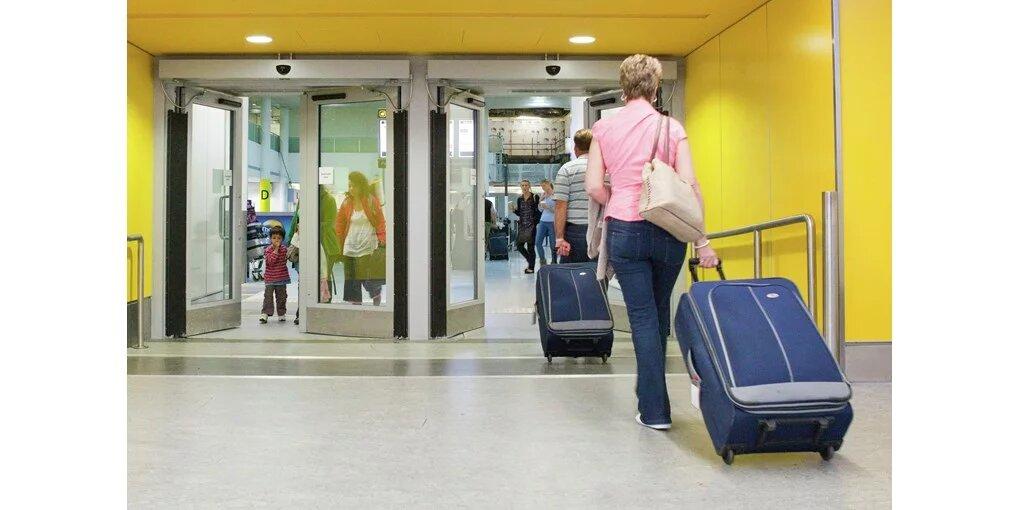 avtomatska nihajna vrata v močno prehodnem hodniku