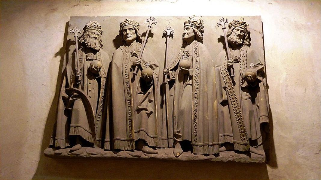 Steinrelief der salischen Kaiser - sie tragen Zepter, Reichsapfel und die mittelalterliche Bügelkrone