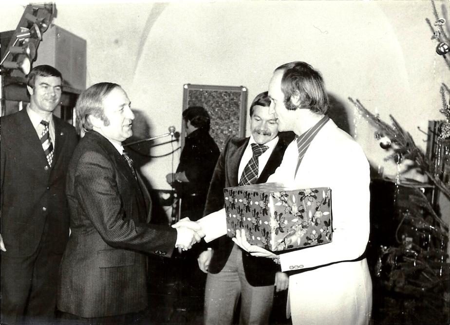 Weihnachtsfeier Dez.1977 - Bescherung durch Obmann Untner