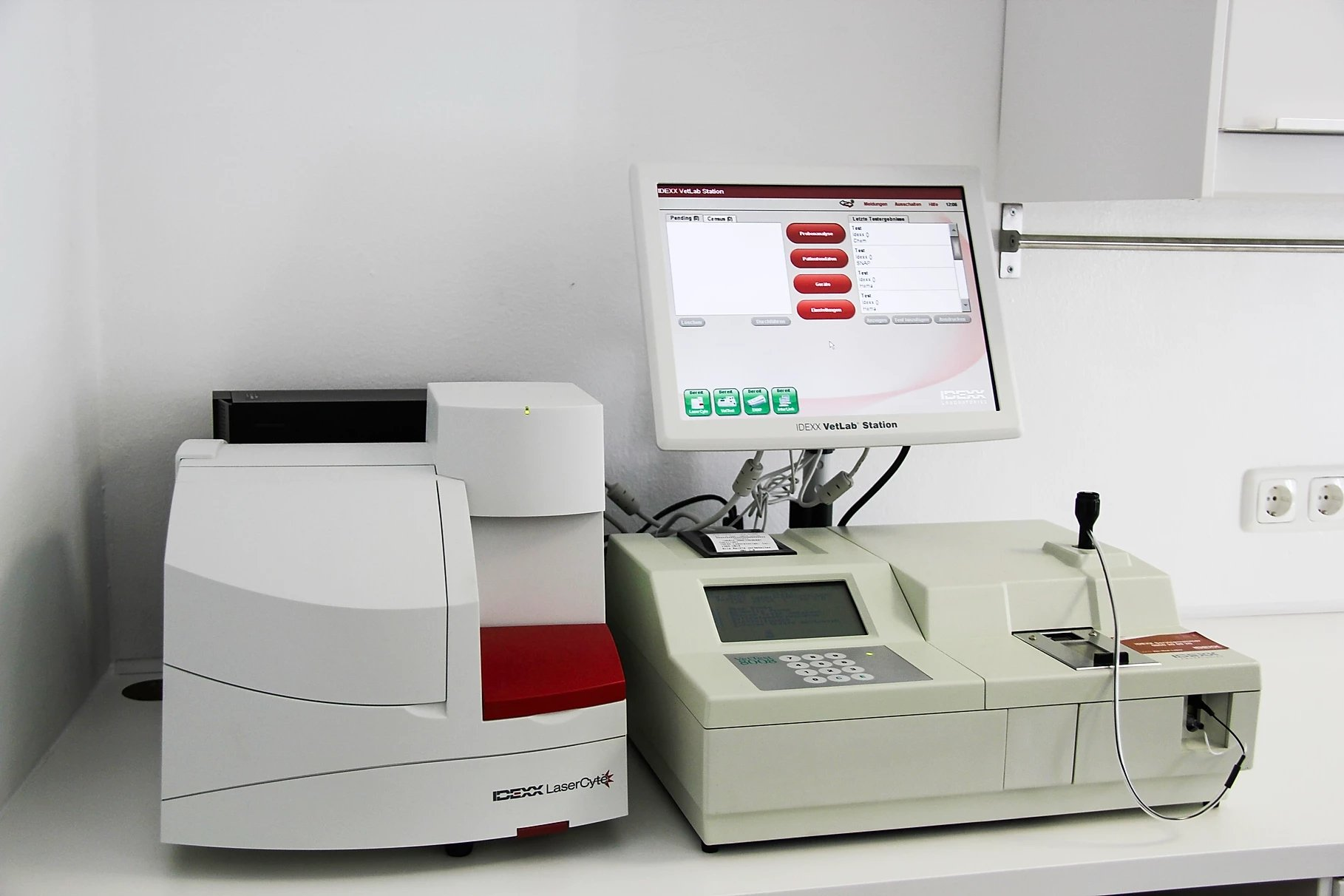 Labor unser komplett ausgestattetes Labor ermöglicht schnelle Befunde wie z.B. Blutbild oder Organwerte innerhalb von Minuten. Das Einschicken von Proben an ein externes Labor ist somit nur in Ausnahmefällen erforderlich.