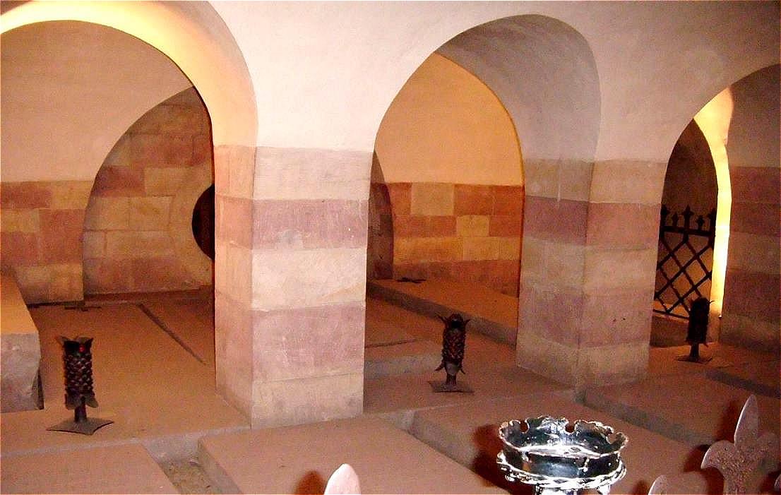 Speyerer Dom - Die Krypta – bis heute unverändert erhalten geblieben. Sie ist Grablege von acht deutschen Kaisern und Königen, vier Königinnen und einer Reihe von Bischöfen.