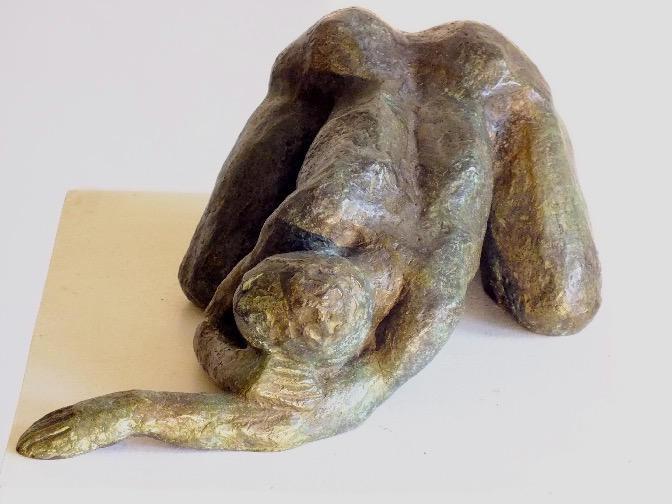 SCULPTURE: femme à genou, bras tendus, bronze Charlotte Hohn