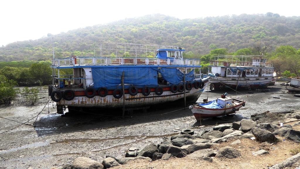 Ebbe - Boote liegen auf trockenem Grund