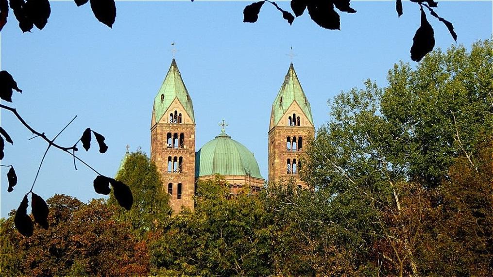 Erster Blick auf den Kaiser - und Mariendom zu Speyer, die größte erhaltene romanische Kirche der Welt