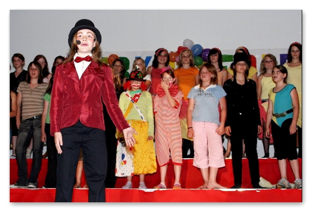 Zirkusdirektorin Claudia mit Artisten und dem Chor