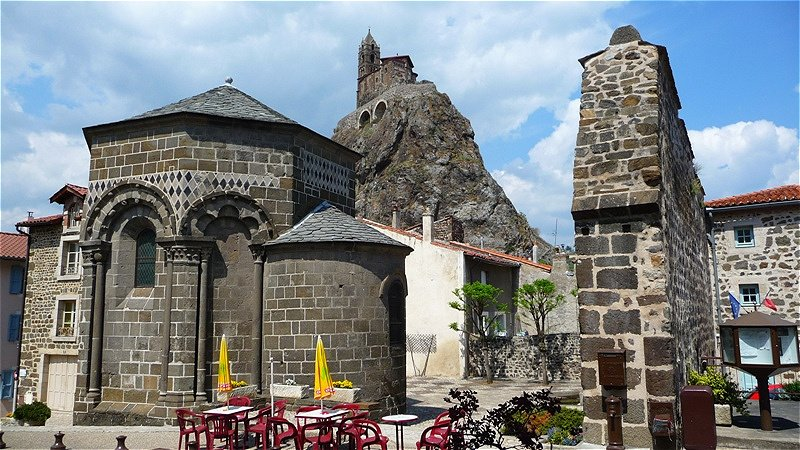 Blick hinauf zur Kirche Kirche Saint-Michel d'Aiguilhe