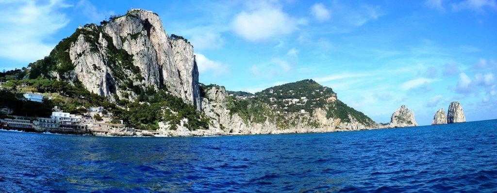 Die Faraglioni - Wahrzeichen Capris - sind nadelförmige Felsformationen vor der Küste. Am bekanntesten sind die vier Faraglioni vor der Insel Capri im Golf von Neapel