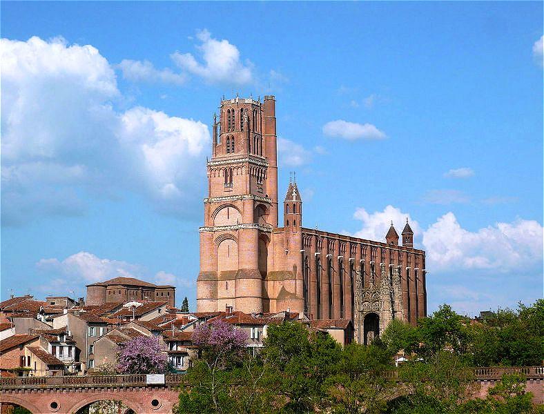 Kathedrale Sainte-Cécile Im Jahre 1282 wurde  mit dem Bau einer Kathedrale im Stil der Backsteingotik begonnen. Der Bau war 1383 größtenteils vollendet, wurde jedoch erst nach über 200 Jahren Bauzeit 1492 fertiggestellt