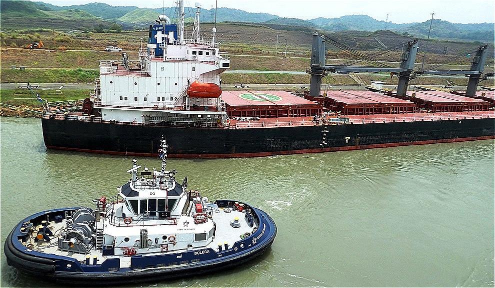 Ankerndes leeres Containerschiff