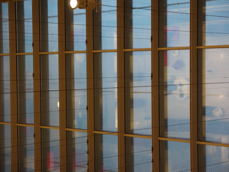 Oι περσίδες-σχάρες στη Βιβλιοθήκη απαγορεύουν την είσοδο του άμεσου ηλιακού φωτός