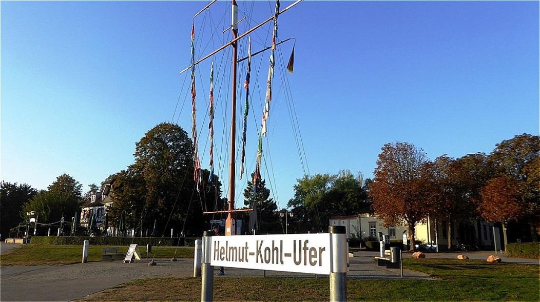 Das Schiff legt am Helmut-Kohl-Ufer an