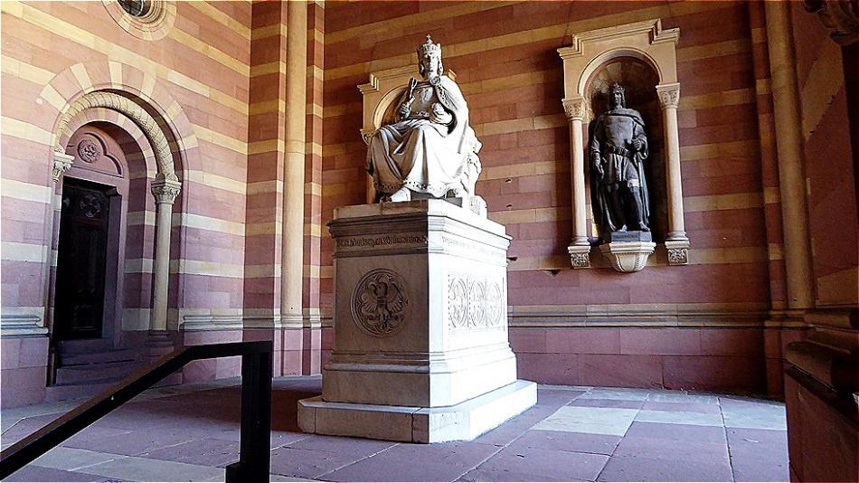 Vor dem Domeingang in der Vorhalle - Denkmal König Rudolf I. - er war der erste deutsche König aus dem Geschlecht der Habsburger