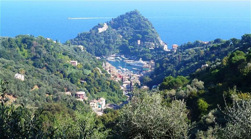 Erster Blick auf den kleinen, versteckten Hafen von Portofino - Portus Delphini