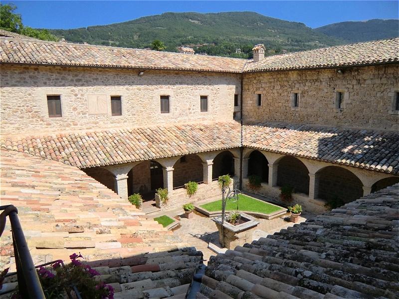 """Der Hl. Franziskus nutzte San Damiano auch als Rückzugsort aus dem lebhaften Assisi. In den Jahren 1224 und 1225 dichtete er in San Damiano seinen berühmten """"Cantico delle Creature"""" (Lied der Geschöpfe) im Deutschen als """"Sonnengesang"""" bekannt"""