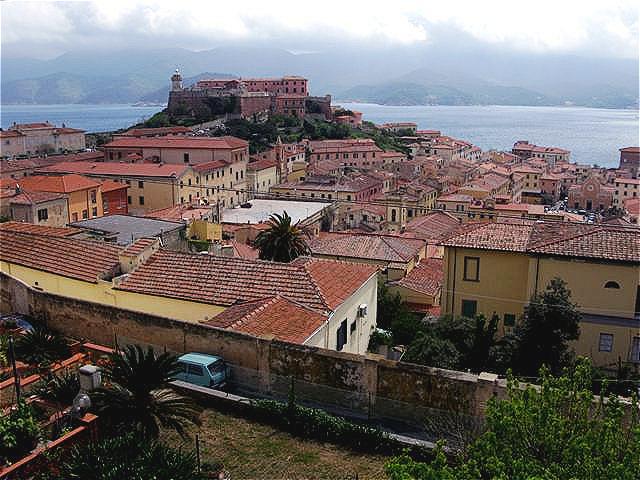 """Die Stella Festung - Blick über die Dächer der Altstadt. Der heutige Ort wurde von Cosimo I. de' Medici als """"Cosmopoli"""" gegründet."""