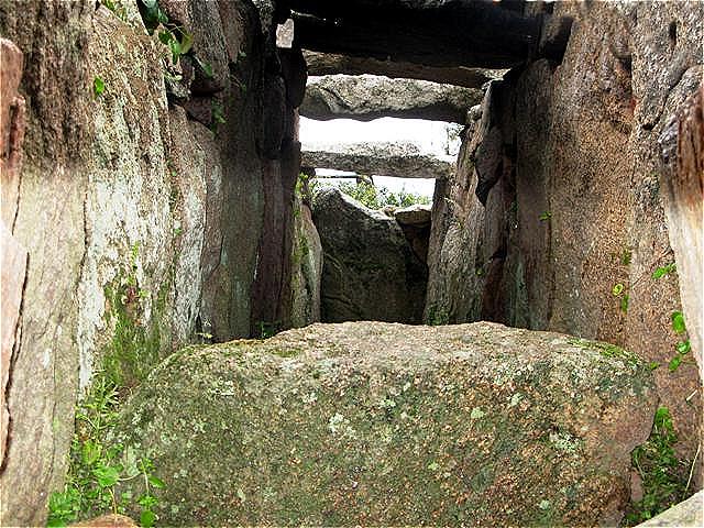 Blick ins Innere des Riesengrabes Es könnte als gemeinschaftliche Grabstätte für ein ganzes Dorf genutzt worden sein
