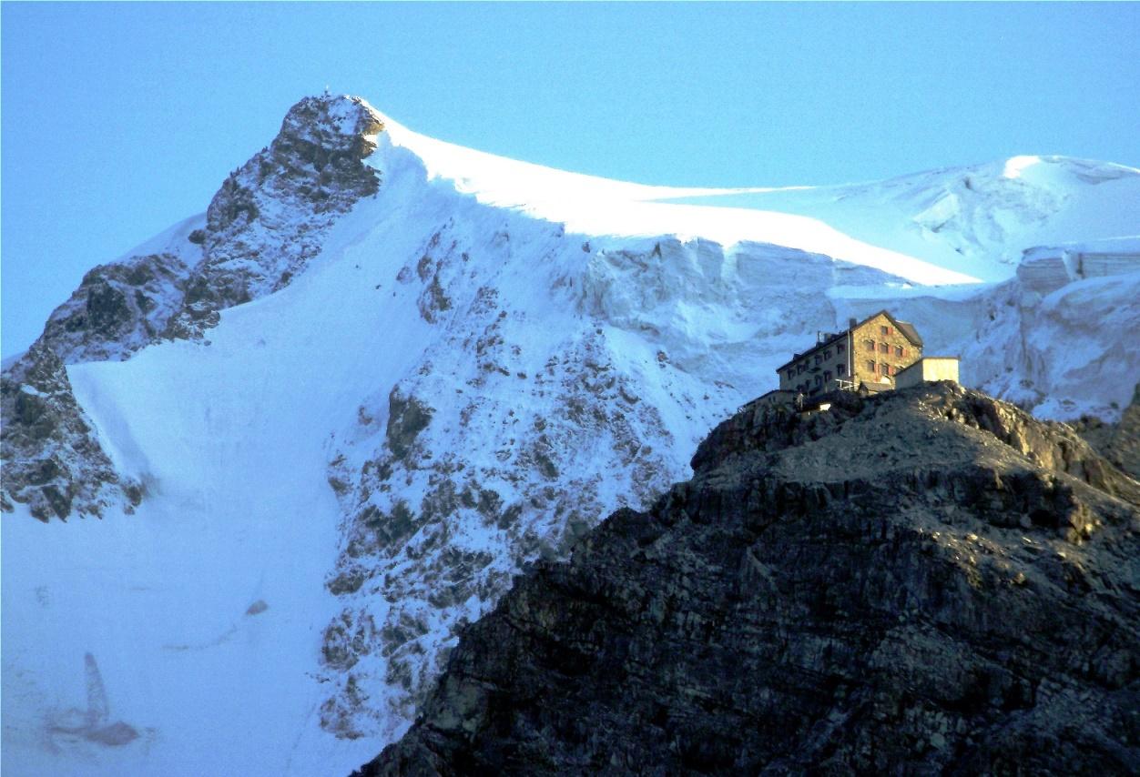 Julius Payer Hütte mit Ortlergipfel