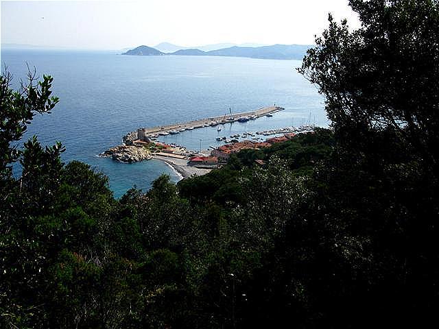 Blick zurück auf den Hafen und die Kaimauer mit dem pisanischen Turm