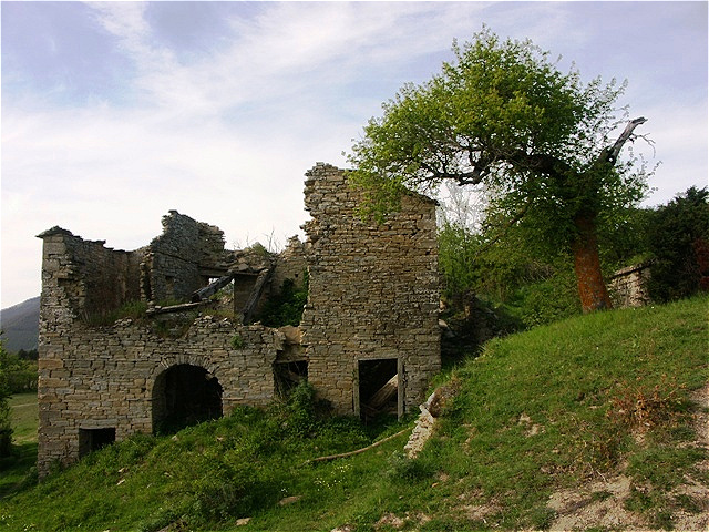 Vorbei an verfallenen Häusern