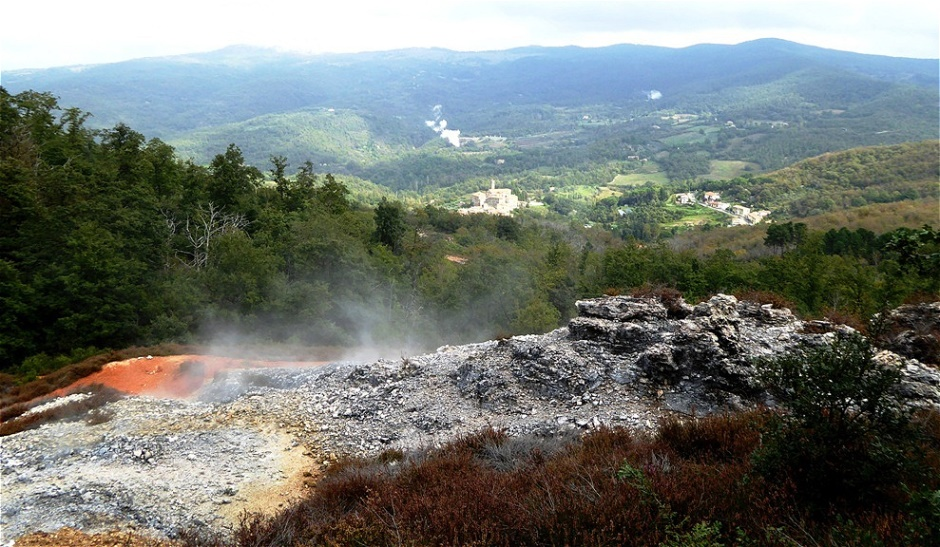 Rote Erde - und vom Schwefel entfärbter Steinboden