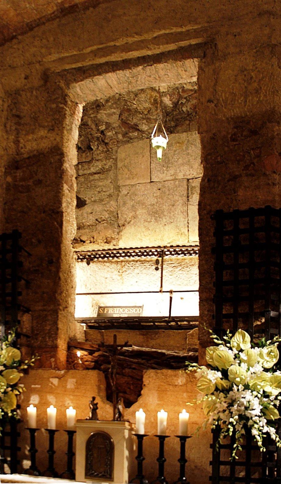 Franziskusgrab in der Basilika San Francesco in Assisi