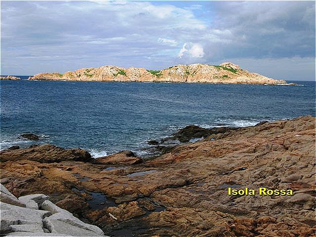 Isola Rossa - die rote Insel Der Name des Orts basiert auf den vor der Küste liegenden rosafarbigen Granitfelsen