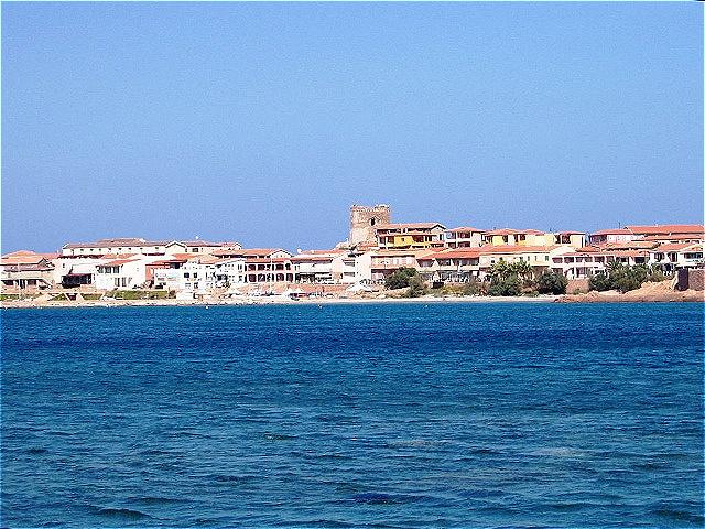 Isola Rossa  - der Name des Orts basiert auf den vor der Küste liegenden rosafarbigen Granitfelsen