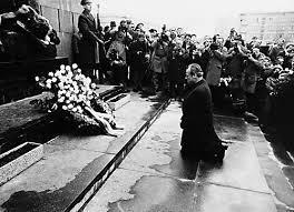 POLITIQUE: Willy Brandt s'agenouille devant le monument aux martyrs du guetto de Varsovie le 8 décembre 1970