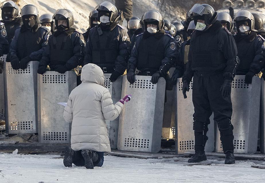 POLITIQUE: attitude symbolique d'une manifestante  face aux forces et à la brutalité des forces spéciales