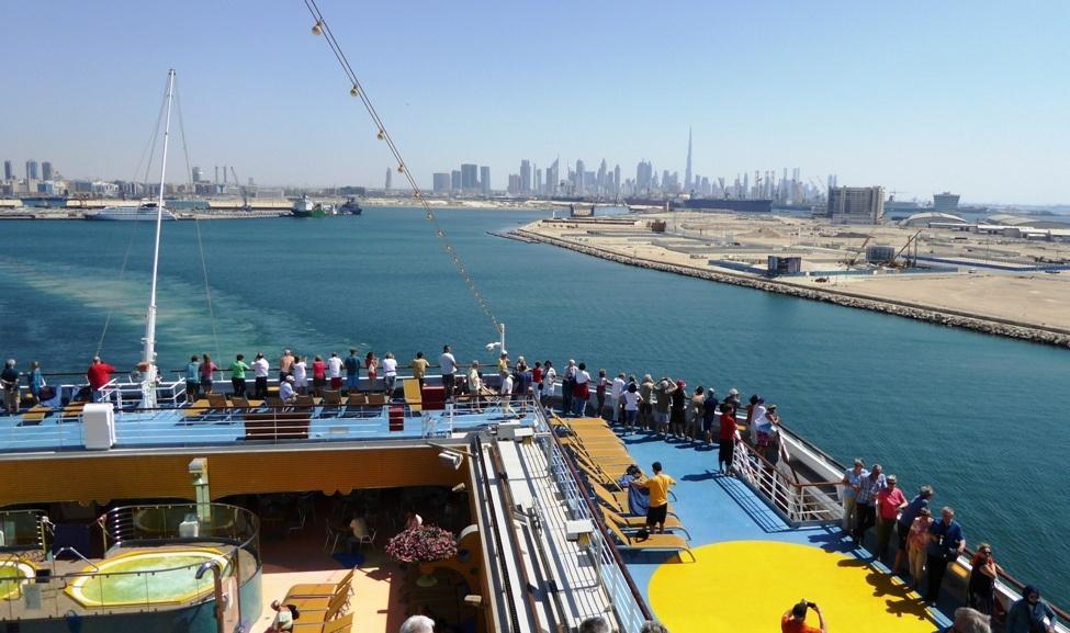 Langsam gleitet das Schiff aus dem Hafen