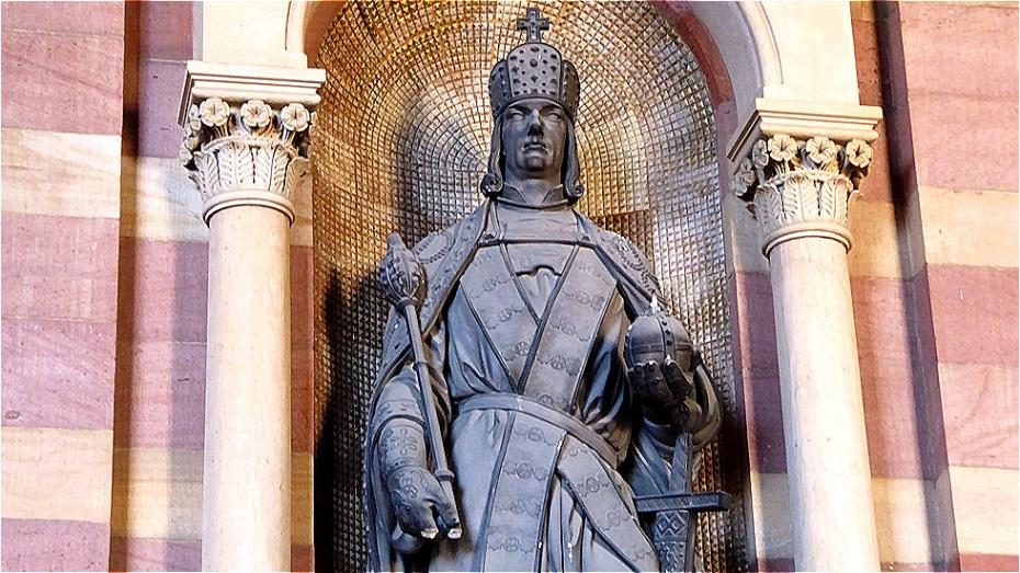 Römisch-deutschen Herrscher - er trägt die Bügelkrone, das Zepter und den Reichsapfel