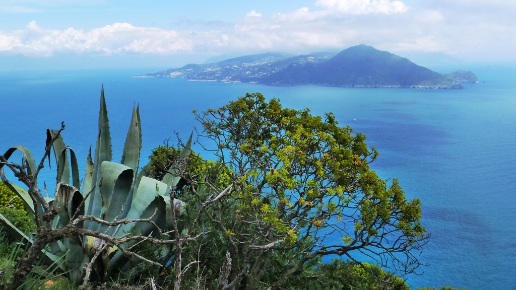 Gegenüber liegt dieHalbinsel von Sorrent   Die Stadt Sorrent befindet sich zwischen dem Golf von Neapel und dem Golf von Salerno